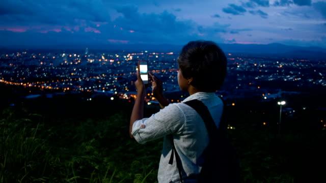 HD DOLLY: Asiatische Frau mit smartphone Nehmen Sie ein Foto