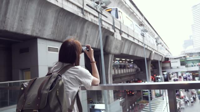 アジアの女性の写真を撮るのスマート フォンを使用して - 自画像点の映像素材/bロール