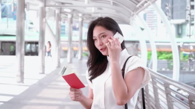 vídeos de stock, filmes e b-roll de mulher asiática usando smartphone - trabalhadora de colarinho branco