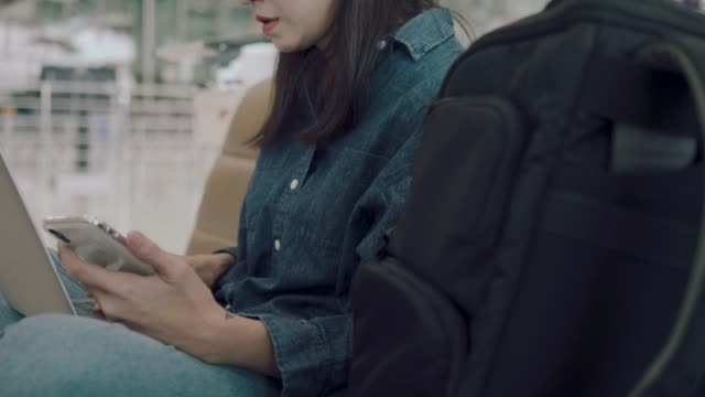 アジアの女性は、技術を使用して。 - 金銭に関係ある物点の映像素材/bロール