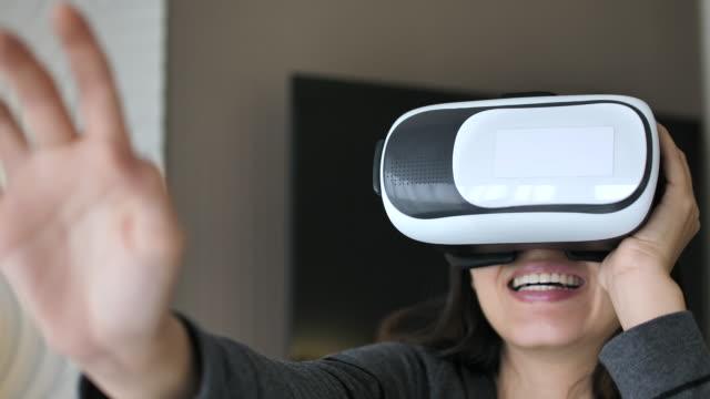 vrメガネを使用してアジアの女性 - equipment点の映像素材/bロール