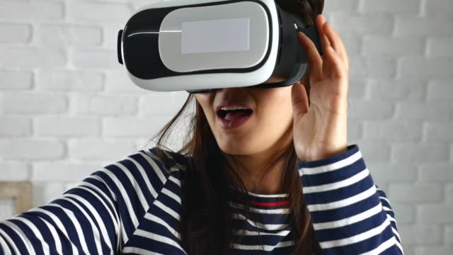 vídeos de stock e filmes b-roll de asian woman using vr glasses - painel de cristal líquido