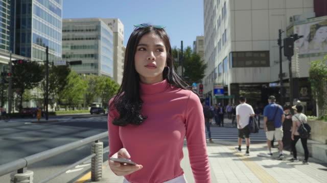 vídeos de stock e filmes b-roll de asian woman walking in the walking street in japan - cultura da ásia oriental