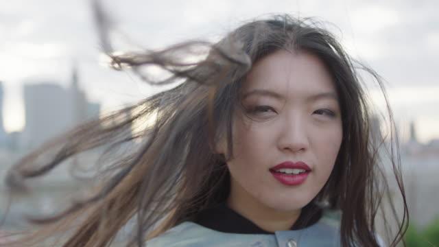 Asiatische Frau gehen auf Dach mit geöffneten Armen