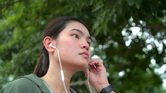 asiatische frau aufwärmen vor dem training - einzelne frau über 30 stock-videos und b-roll-filmmaterial