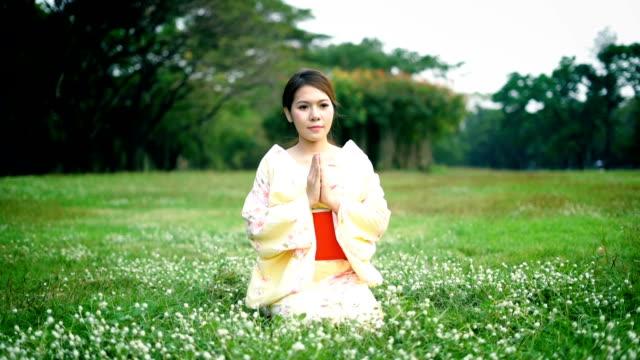 asian woman wearing japanese  kimono dress - yukata video stock e b–roll