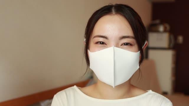 保護フェイスマスクを着用したアジア女性 - 横顔点の映像素材/bロール