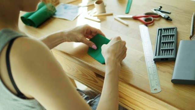 vidéos et rushes de femme asiatique avec les processus de travail bricolage avec origami papier craft-bricolage produit avec le concept de petite entreprise - origami