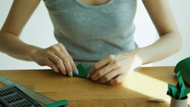 スモール ビジネス コンセプトと折り紙ペーパー クラフト diy 製品で diy 作業でアジアの女性 - 趣味点の映像素材/bロール