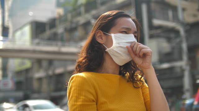衛生的なマスクを持つアジアの女性 :pロテクトとケアコンセプト - 女点の映像素材/bロール