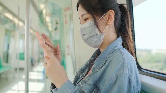 vídeos y material grabado en eventos de stock de mujer asiática con máscara protectora de la máscara de la cara que se conmuta en la ciudad - neumonía