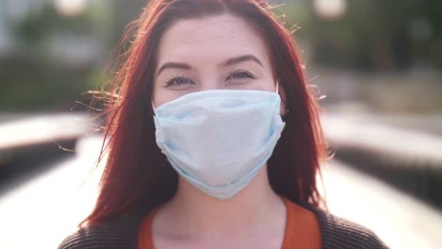 vídeos de stock, filmes e b-roll de mulher asiática com máscara facial protetora ao ar livre. - cabelo ruivo