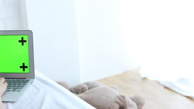 vídeos y material grabado en eventos de stock de mujer asiática trabajando en casa en la cama - sin mangas