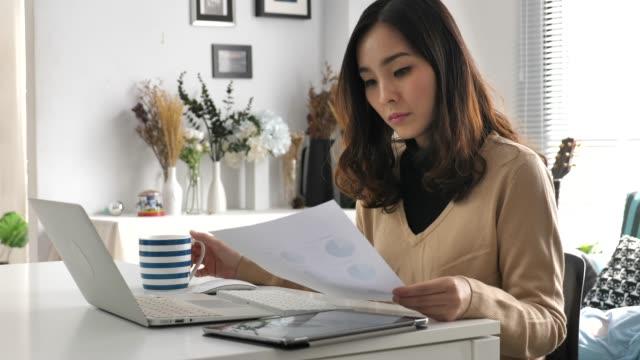 家庭で働くアジアの女性 - 書斎点の映像素材/bロール