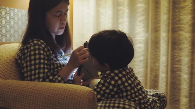 vídeos y material grabado en eventos de stock de mujer asiática trabajando en casa - entrada