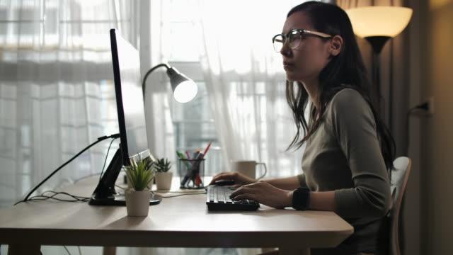 stockvideo's en b-roll-footage met aziatische vrouw werkt thuis - tablet pc