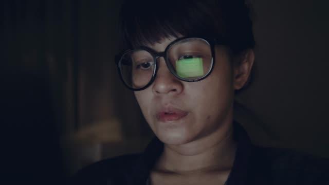 vídeos de stock, filmes e b-roll de mulher asiática, trabalhando em casa - óculos de leitura