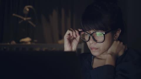 stockvideo's en b-roll-footage met aziatische vrouw thuis werken - study
