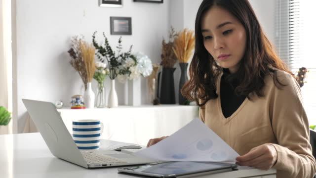 自宅で働くアジアの女性 - 出費点の映像素材/bロール