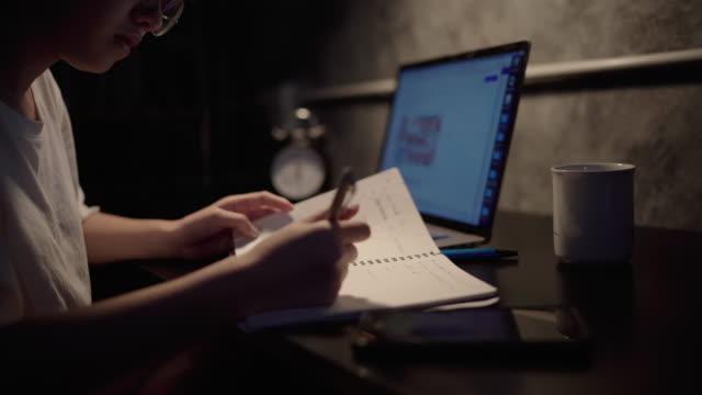 vidéos et rushes de femme asiatique travaillant de la maison - hot desking