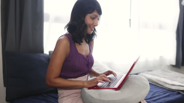 vídeos y material grabado en eventos de stock de mujer asiática trabajando desde casa - una mujer de mediana edad solamente