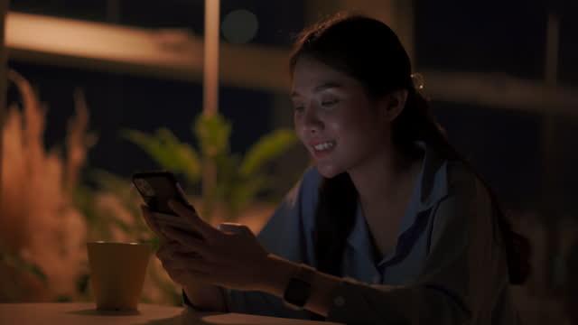 asiatische frau arbeitet spät in der nacht. - weibliche angestellte stock-videos und b-roll-filmmaterial