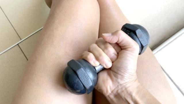 Aziatische vrouw workout met halter