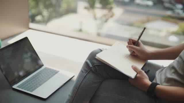 vídeos de stock, filmes e b-roll de idéia asiática da escrita da mulher na almofada da nota, pensando fora da caixa - note pad