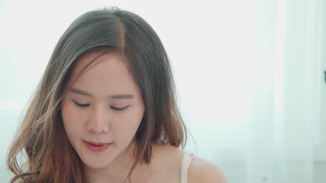 20-30歳のアジアの女性のメイクアップと美しさ。朝の仕事の前に。 - ビフォーアフター点の映像素材/bロール