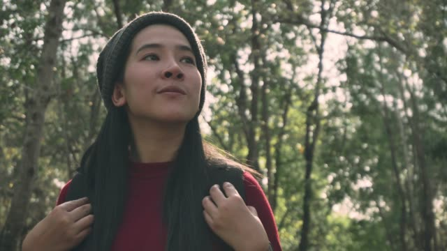 アジアの女性は、ハイキングや自然の森を探索 - 外乗点の映像素材/bロール