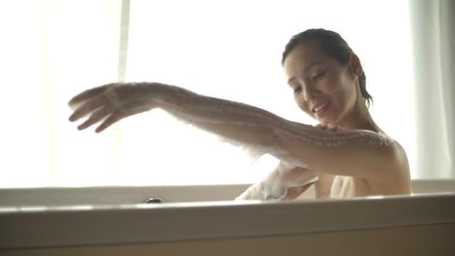 vidéos et rushes de femmes asiatiques se baignant dans la baignoire - baignoire