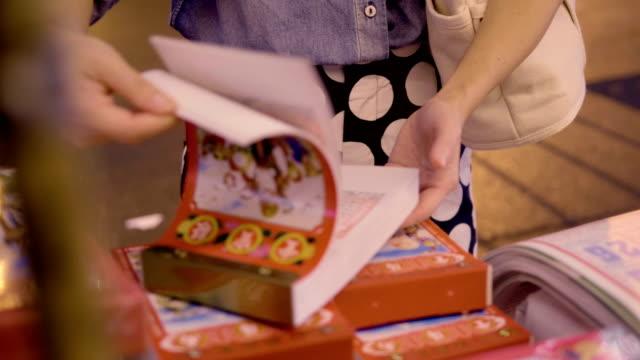 vidéos et rushes de femmes asiatiques, achat calendrier chinois - fidèle religieux