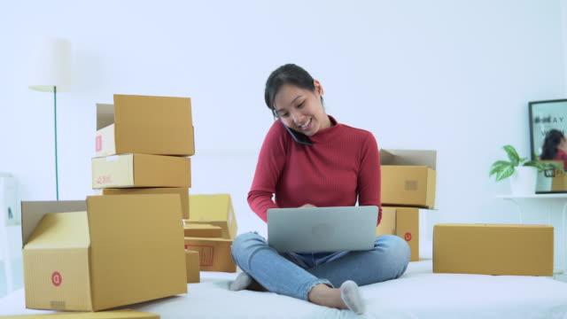顧客からの電子メールの受信トレイの注文をチェックするアジアの女性のコンピュータ - e mail点の映像素材/bロール