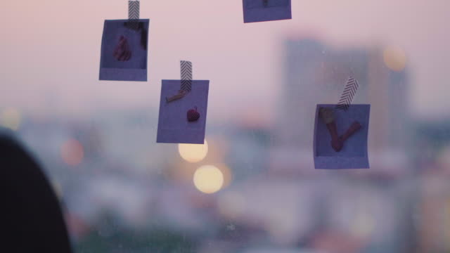 diy: アジア女性の写真で家を飾る - 写真点の映像素材/bロール