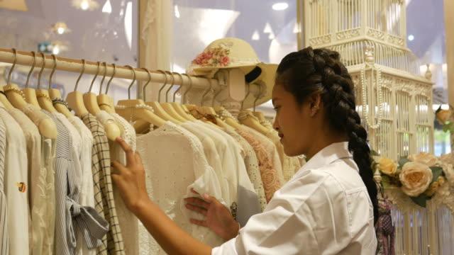 Asiatische Frauen mit Spaß beim Einkaufen in Boutique
