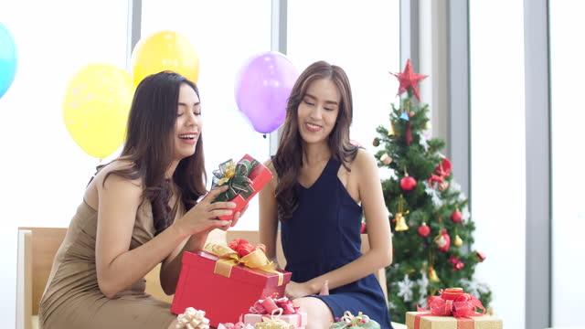 stockvideo's en b-roll-footage met aziatische vrouwen die pret met nieuwe jaar stelt - cadeau