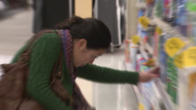 asian women in the cleaning products of target in virginia - フォールズチャーチ点の映像素材/bロール