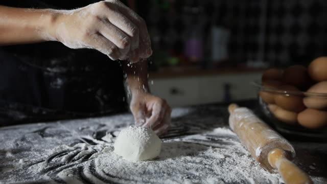 vídeos de stock, filmes e b-roll de mulheres asiáticas que preparar uma pizza, sove a massa e coloca os ingredientes na mesa da cozinha - fazer