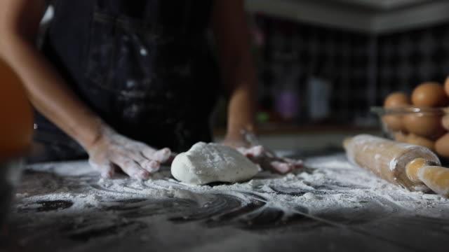 asiatische frauen vorbereitung eine pizza kneten sie den teig und zutaten auf küchentisch - kochrezept stock-videos und b-roll-filmmaterial