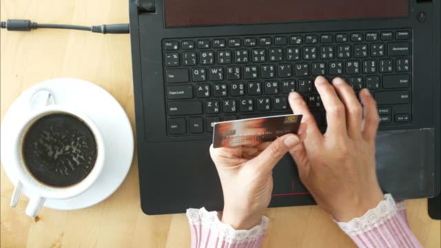 アジア女性のコーヒー ショップでオンライン ショッピング - 金銭に関係ある物点の映像素材/bロール