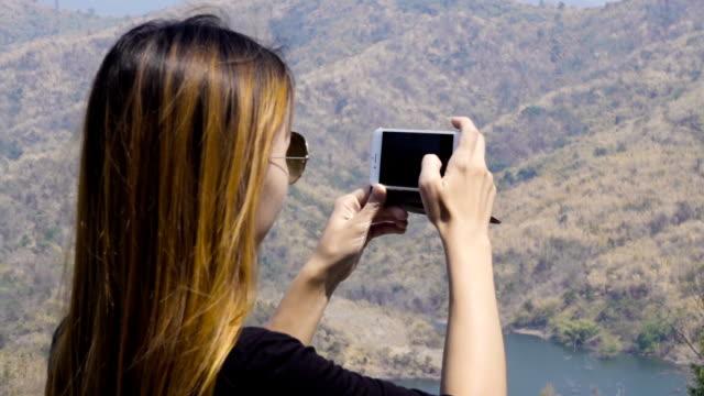 vídeos de stock e filmes b-roll de asian women taking photo shoot with smartphone - hd format