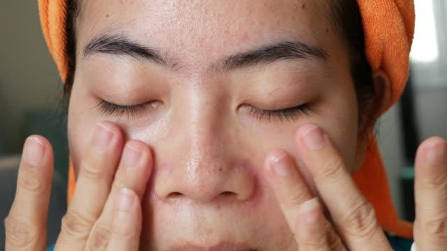 asiatische frauen mit sahne oder sonnencreme creme ein teil von make-up - sportschützer stock-videos und b-roll-filmmaterial
