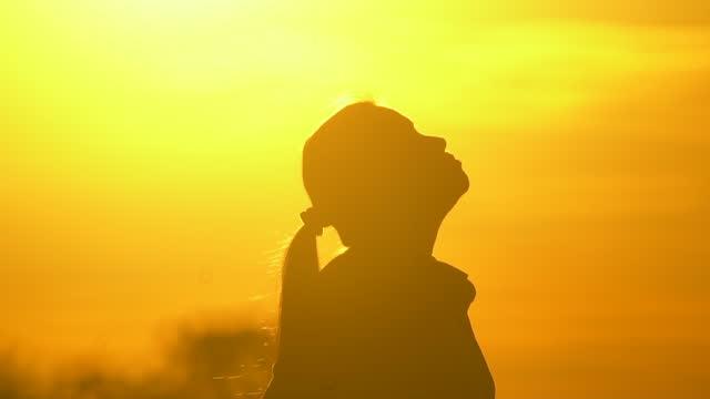 vidéos et rushes de les femmes asiatiques portent un masque n95 pour prévenir la poussière et le smog pm2,5 au coucher du soleil - représentation féminine