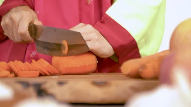 vídeos y material grabado en eventos de stock de mujeres asiáticas que usan trajes tradicionales coreanos hanbok están cocinando kimchi - comida coreana