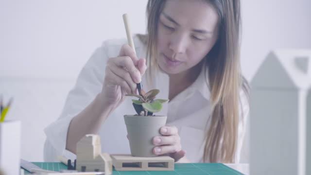 Aziatische vrouwen thuis werken