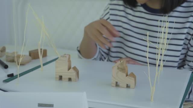 vidéos et rushes de femmes asiatiques, le travail à domicile - hot desking