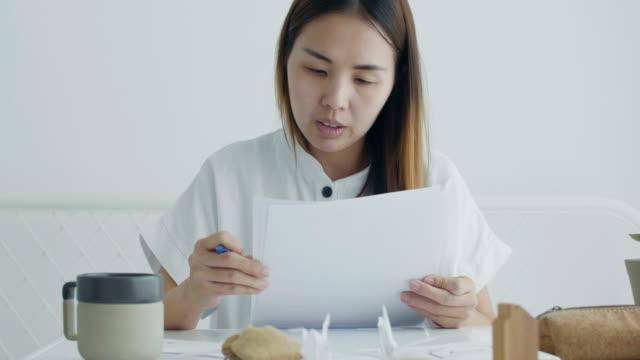 vídeos de stock e filmes b-roll de asian women working from home - secretária temporária