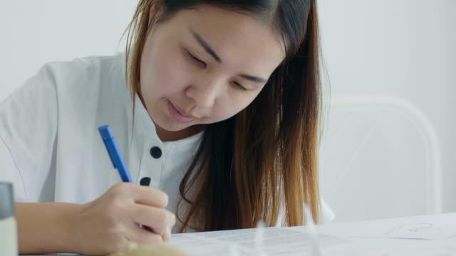 vídeos de stock e filmes b-roll de asian women working from home - arquiteta