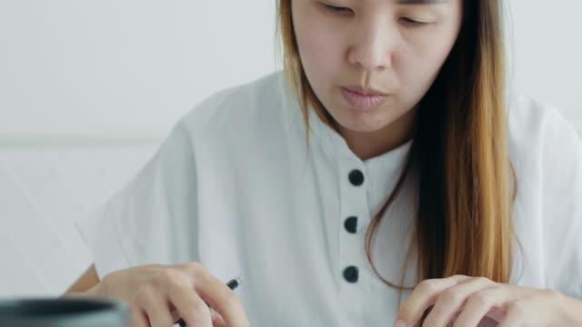vídeos y material grabado en eventos de stock de mujeres asiáticas que trabajan desde casa - espacio de trabajo virtual compartido