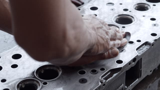 vídeos de stock e filmes b-roll de asian worker during cleaning and polishing cylinder head by sand paper and lubricant oil,maintenance engine concept. - cilindro veículo terrestre comercial